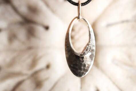 Hammered pendant in support of Nelli